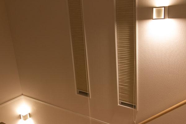 階段の照明は間接照明タイプ