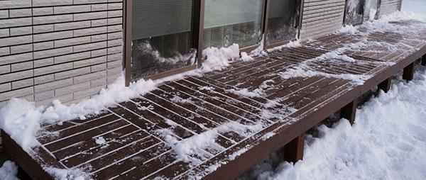 ウッドデッキ 除雪