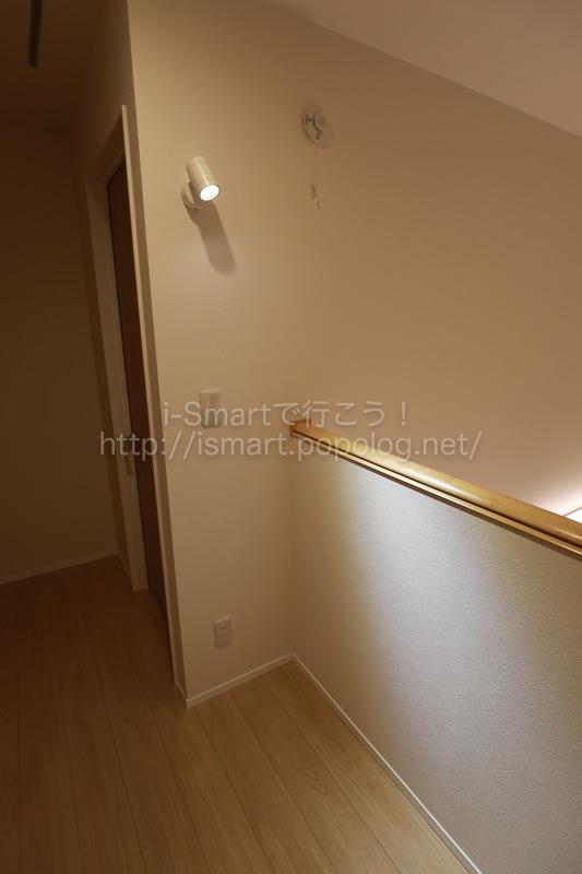 吹き抜け廊下に設置した電子ピアノ用のスポットライト